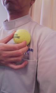 ボールを使って大胸筋のトリガーポイントをほぐす時のボールを当てる位置