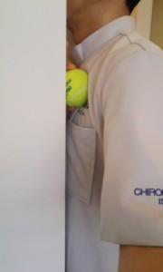 大胸筋のトリガーポイントをボールを使ってほぐす