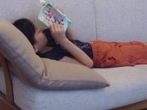 ソファで寝そべって読書