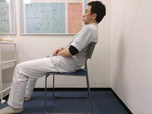 後で胸が苦しくなる座り方 椅子