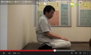 腰痛の原因となる床座り ぺちゃんこすわりを横から見たところ